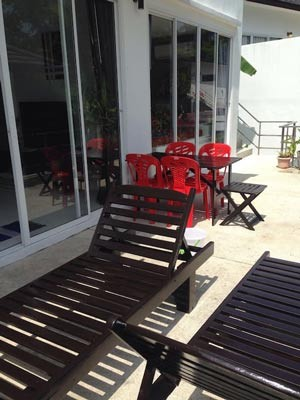 Photo 42 English height terrace with tables and chairs for outdoor dining next to the piscine.